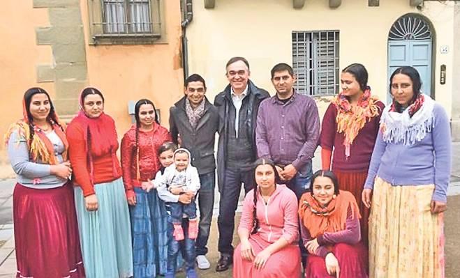 Enrico Rossi, alături de vecinii lui, în fotografia pe care a postat-o pe o rețea de socializare
